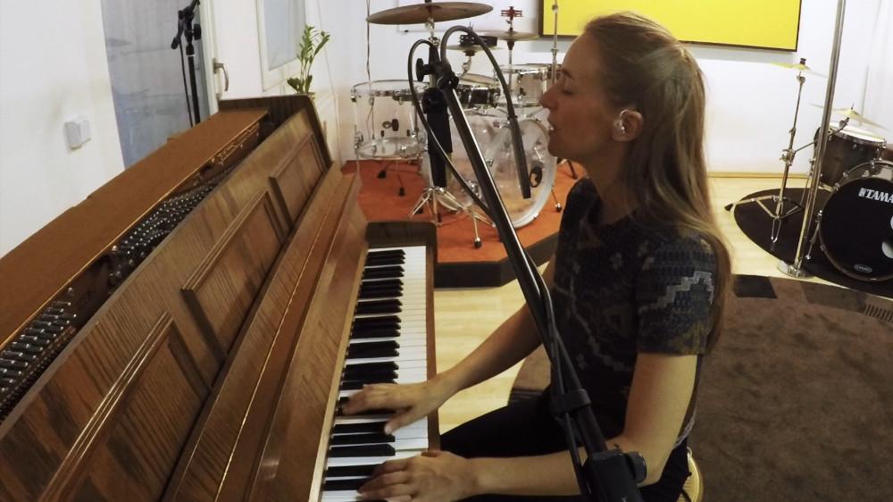 Miriam Hanika singend an ihrem Klavier.