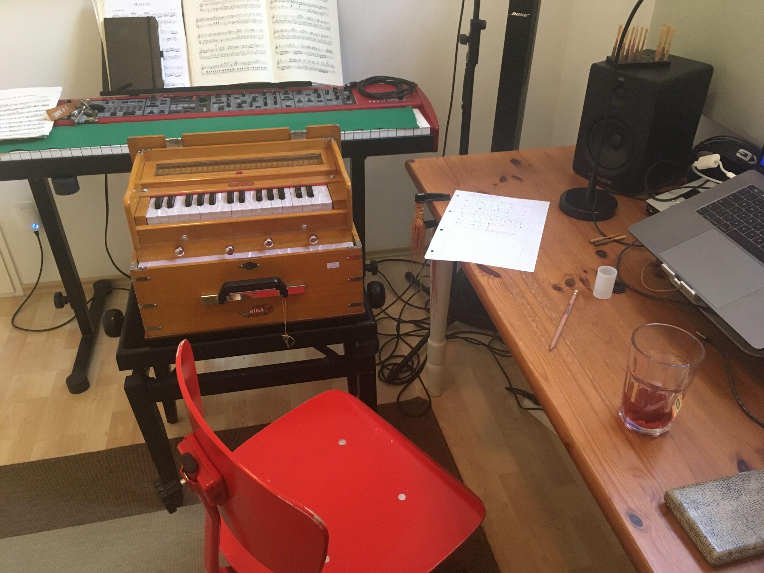 Miriam Hanikas Studio mit Harmonium und Nordstage