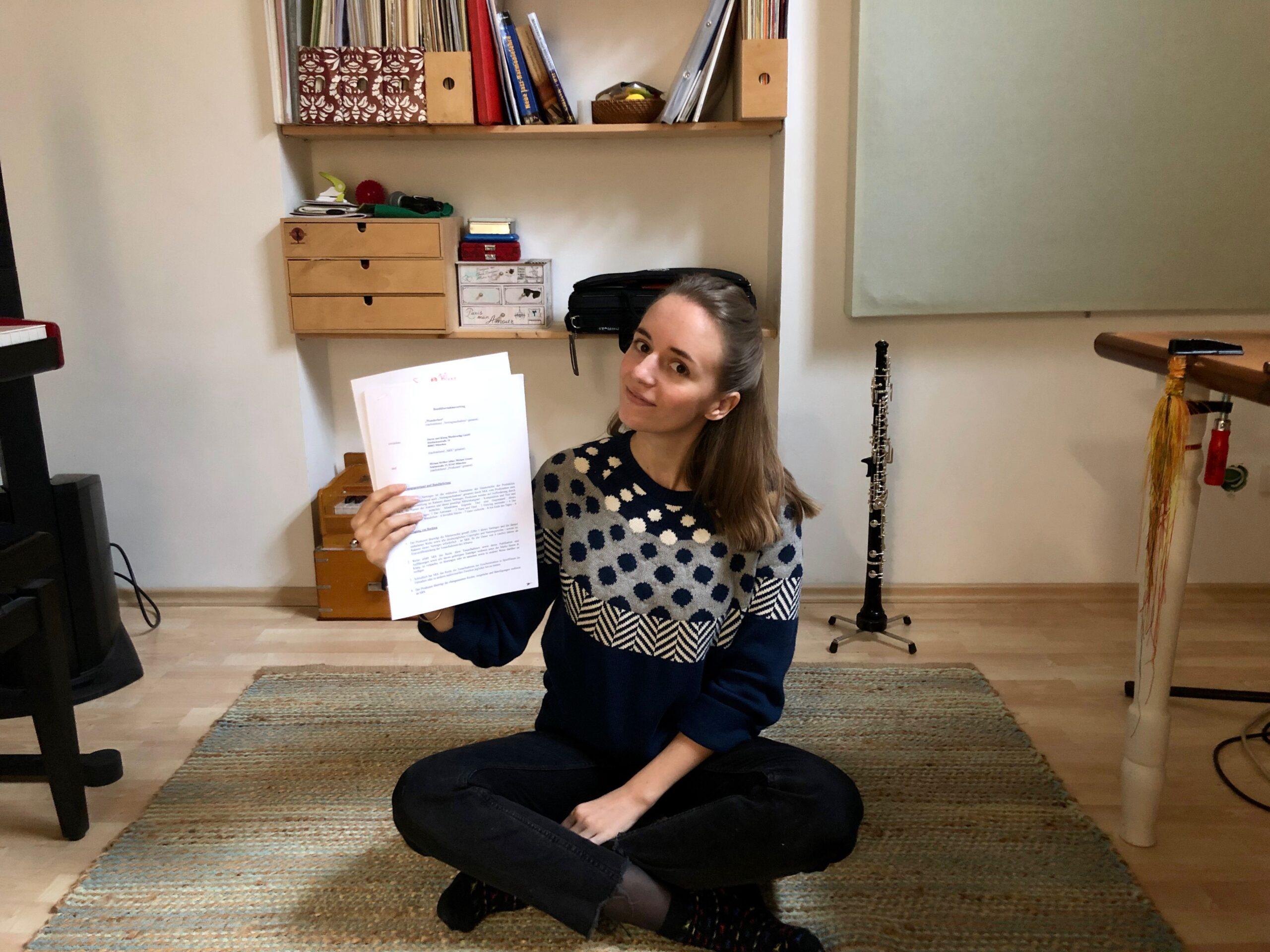 Miriam Hanika mit ihrem Plattenvertrag