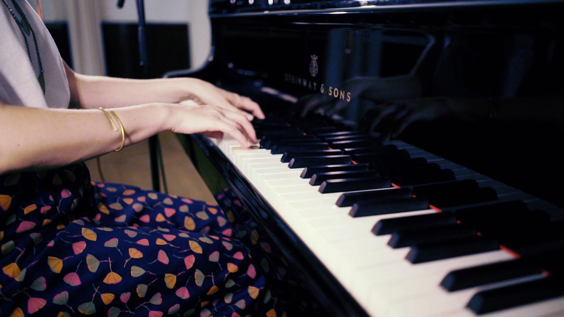 Miriam Hanikas Hände auf der Klaviertastatur.