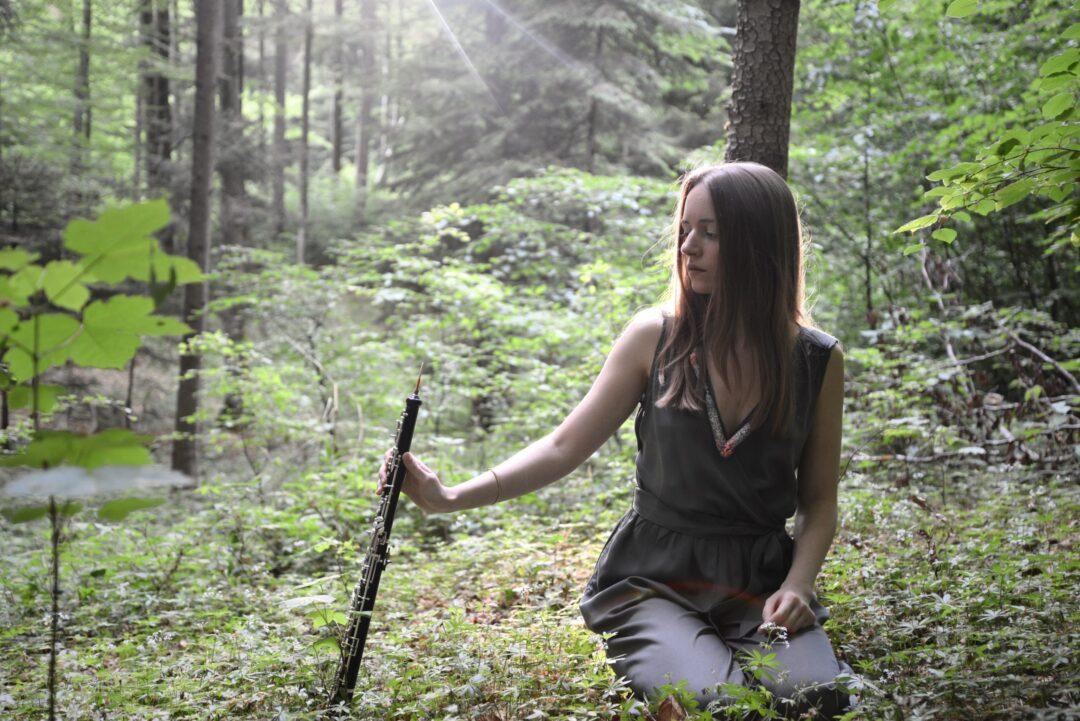 Miriam Hanika mit Oboe im Wald