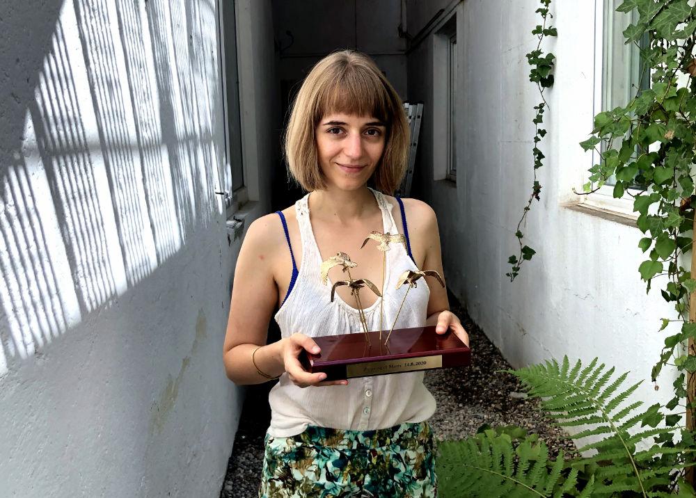 Miriam Hanika mit ihrem Pokal vom Zugvogelslam.