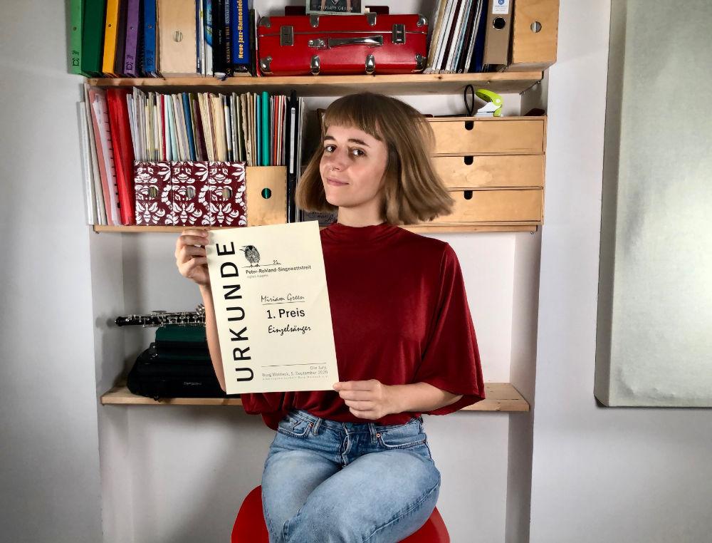 Miriam Hanika mit ihrer Urkunde vom Peter-Rohland-Singewettstreit.