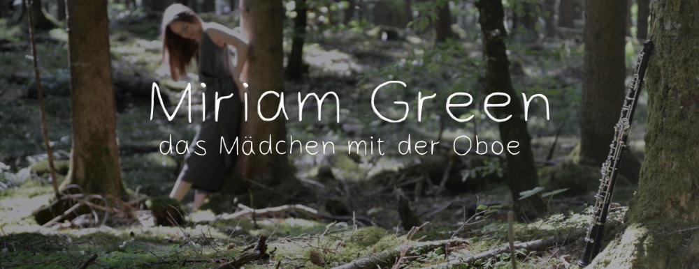 Miriam Green im Wald mit ihrer Oboe.
