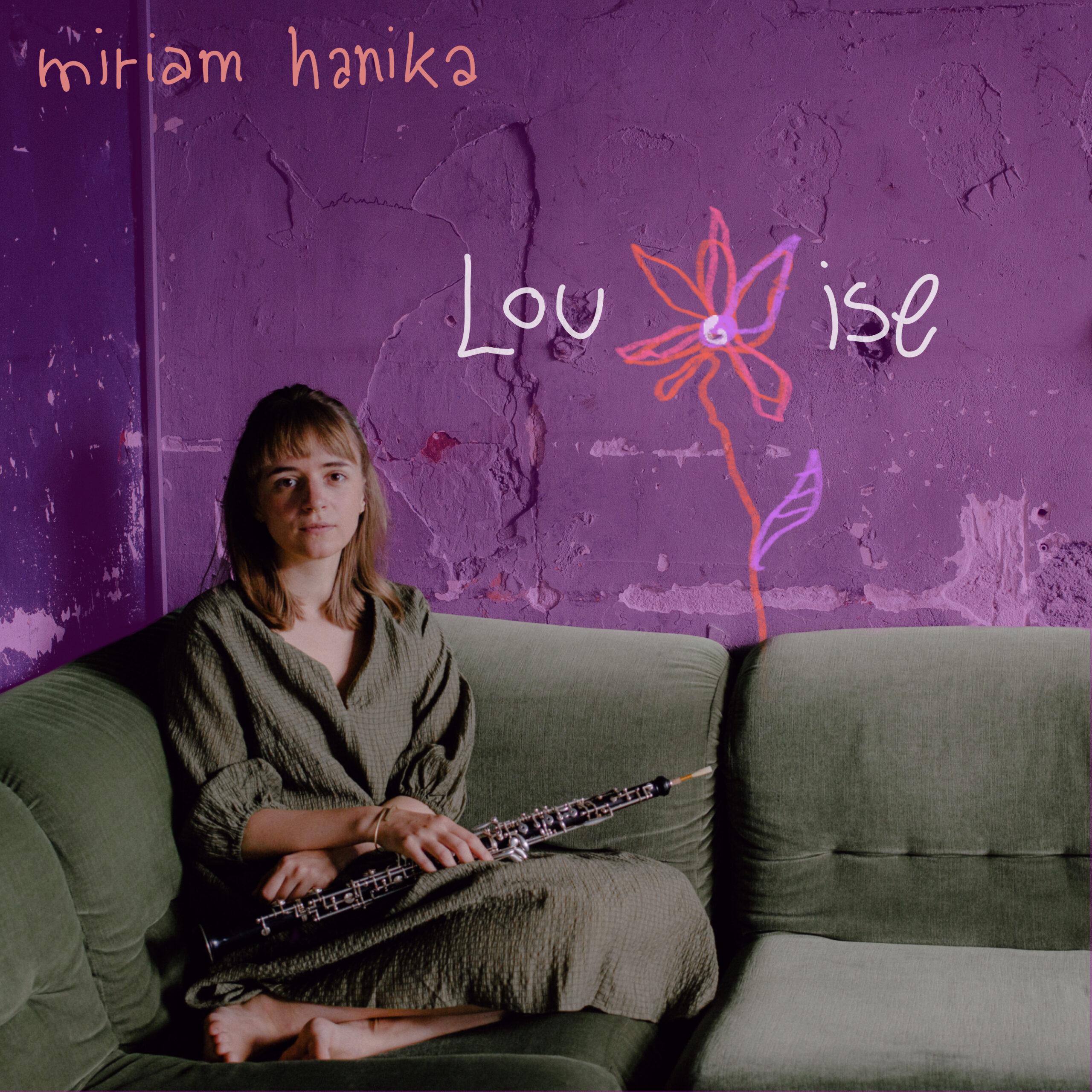 Miriam Hanika auf einer grünen Couch mit ihrer Oboe.