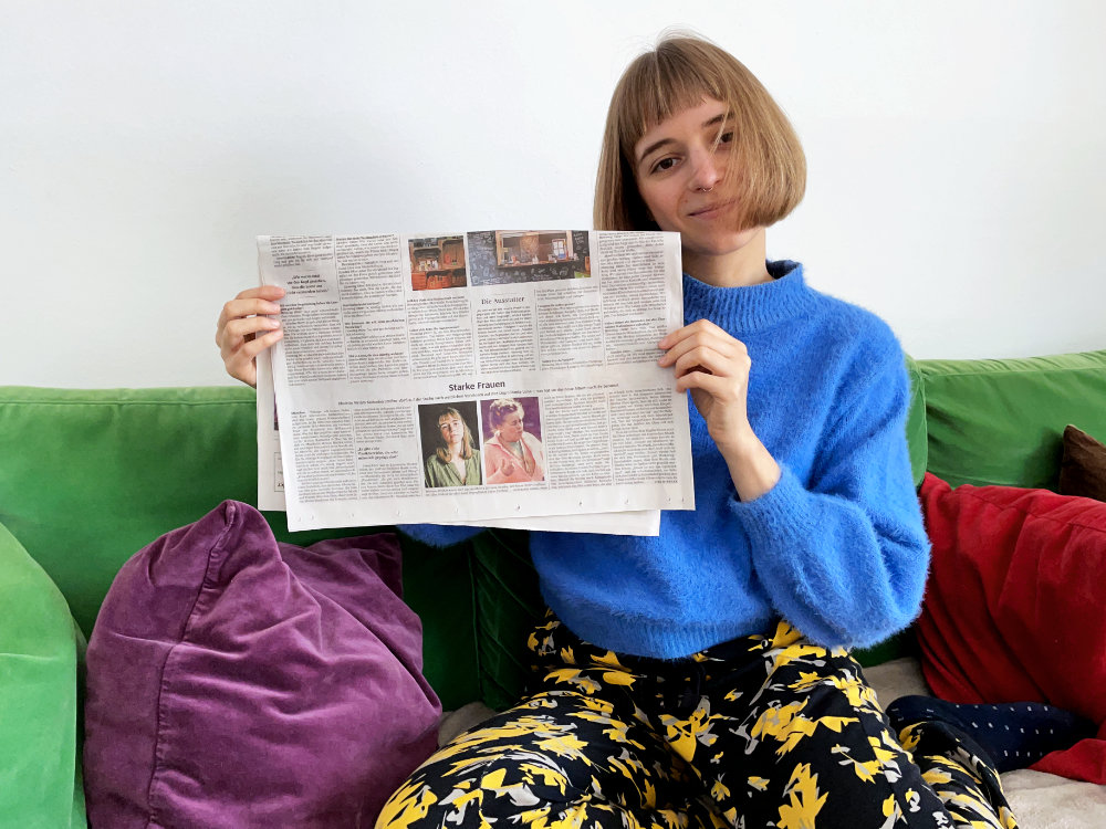 Miriam Hanika mit einer Süddeutschen Zeitung