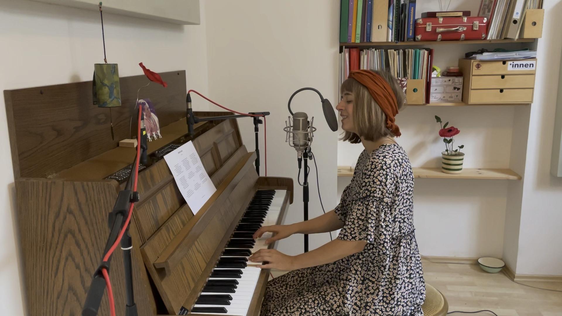 """Miriam Hanika singt ihr Lied """"(53520) Schuld"""""""